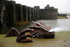 drago emergente dal lago di Caerphilly